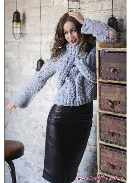Голубой вязаный свитер