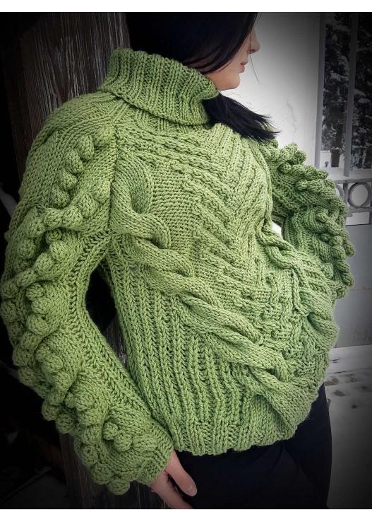 Вязаный свитер спицами зелёный с шишками