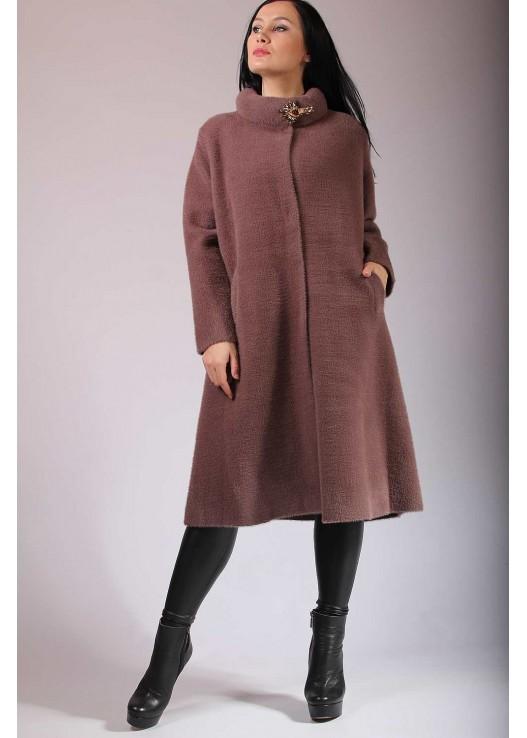 Красивое весеннее пальто с брошью